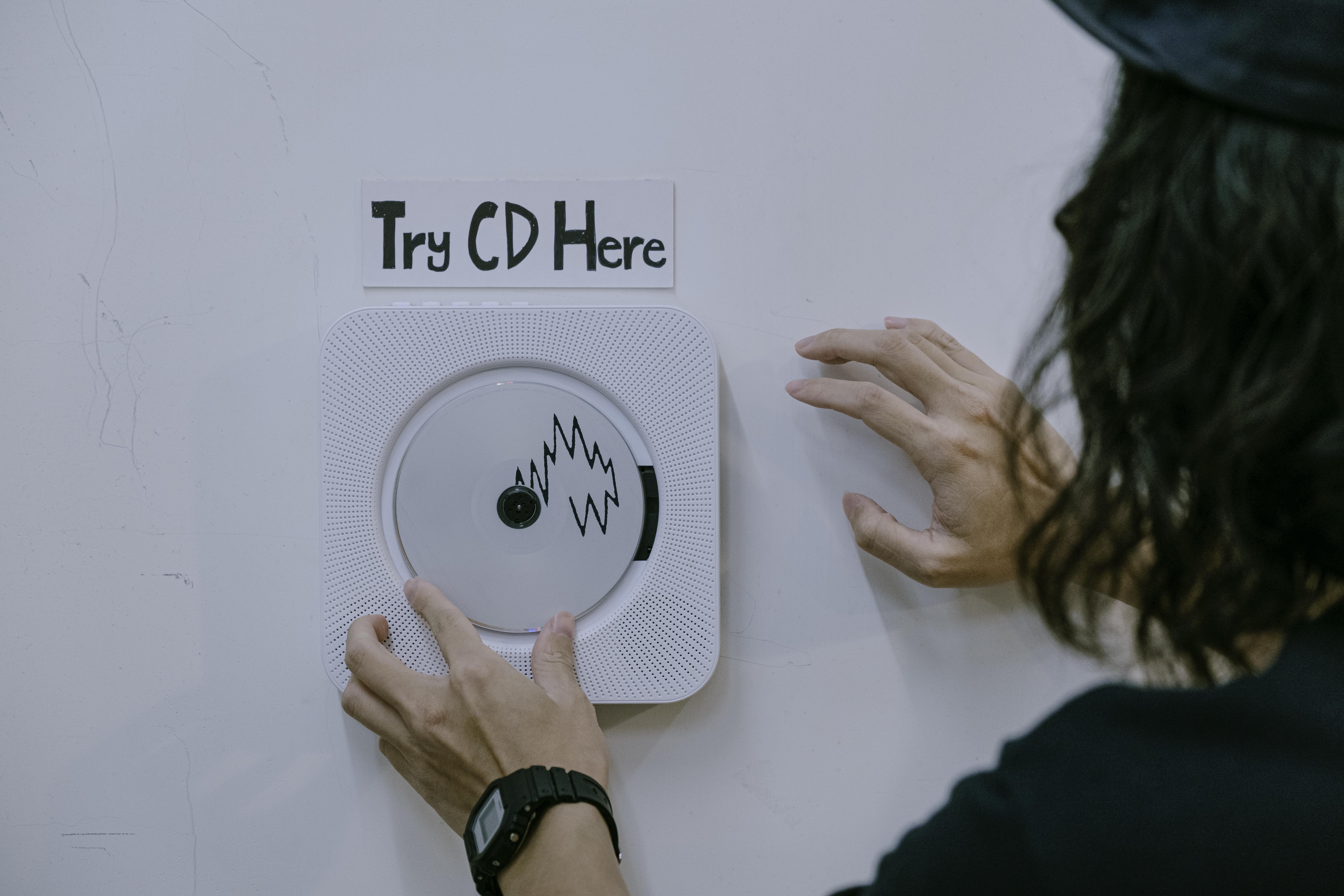 收銀台旁邊放着CD播放器,供客人試聽音樂。