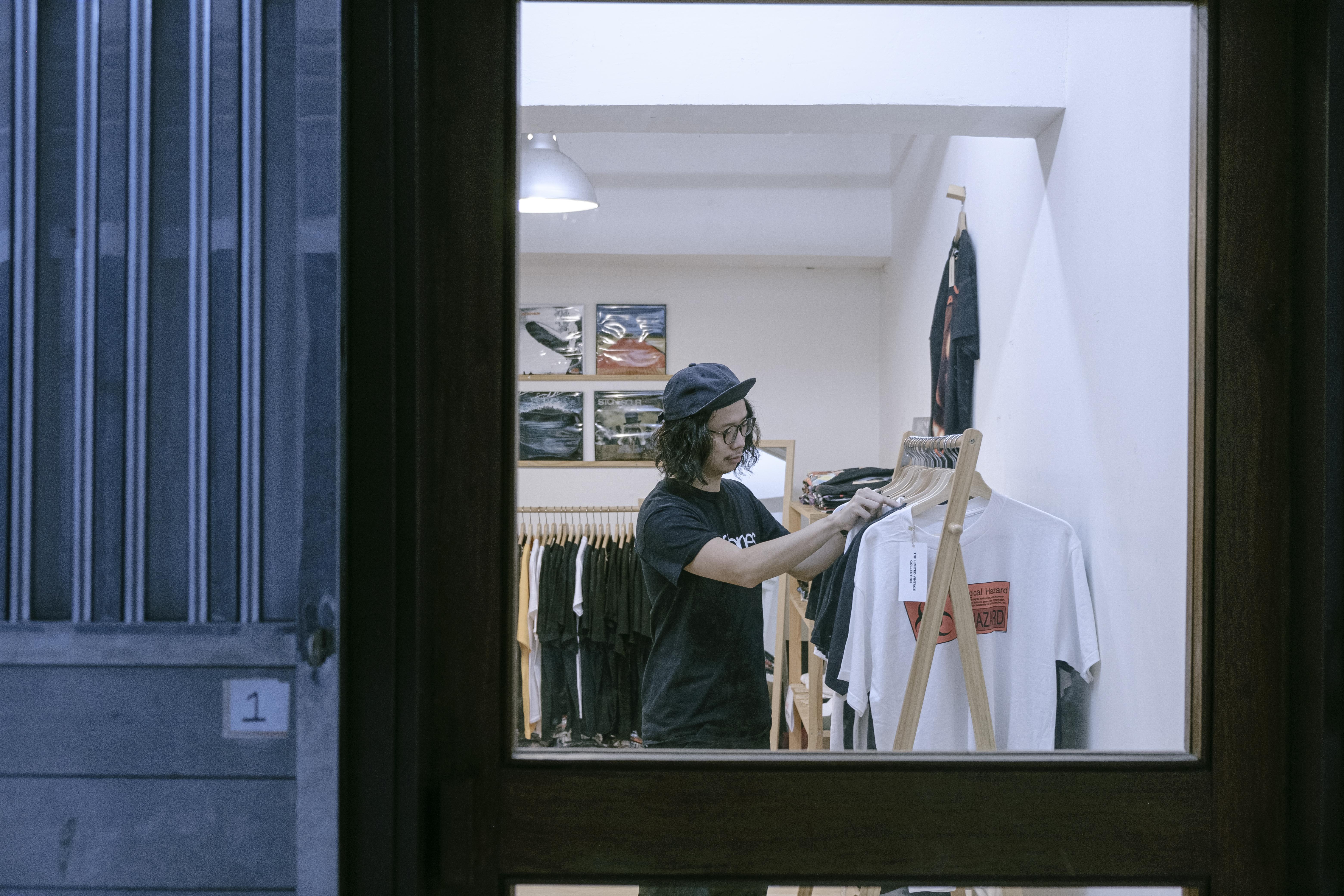 Edwin於二〇一七年開設Lefthanded Band Tee實體舖,成為樂迷必去小店。