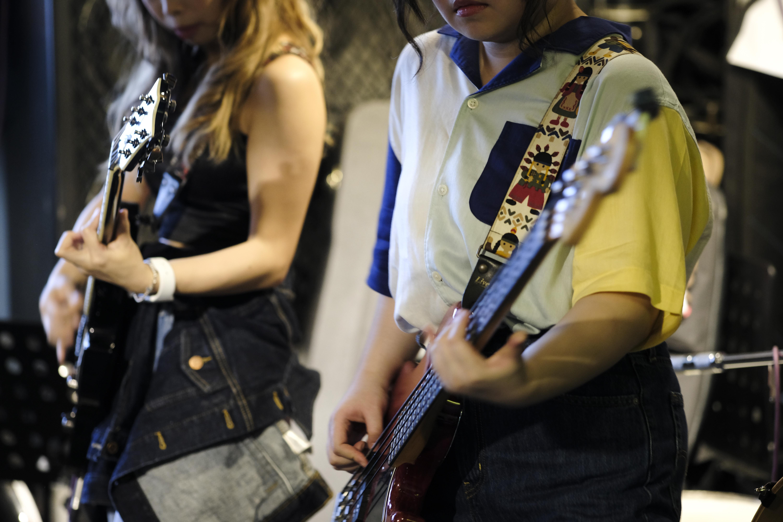 站在台上,拿起結他鼓棍和咪高峰,這群小妮子便是rockers。