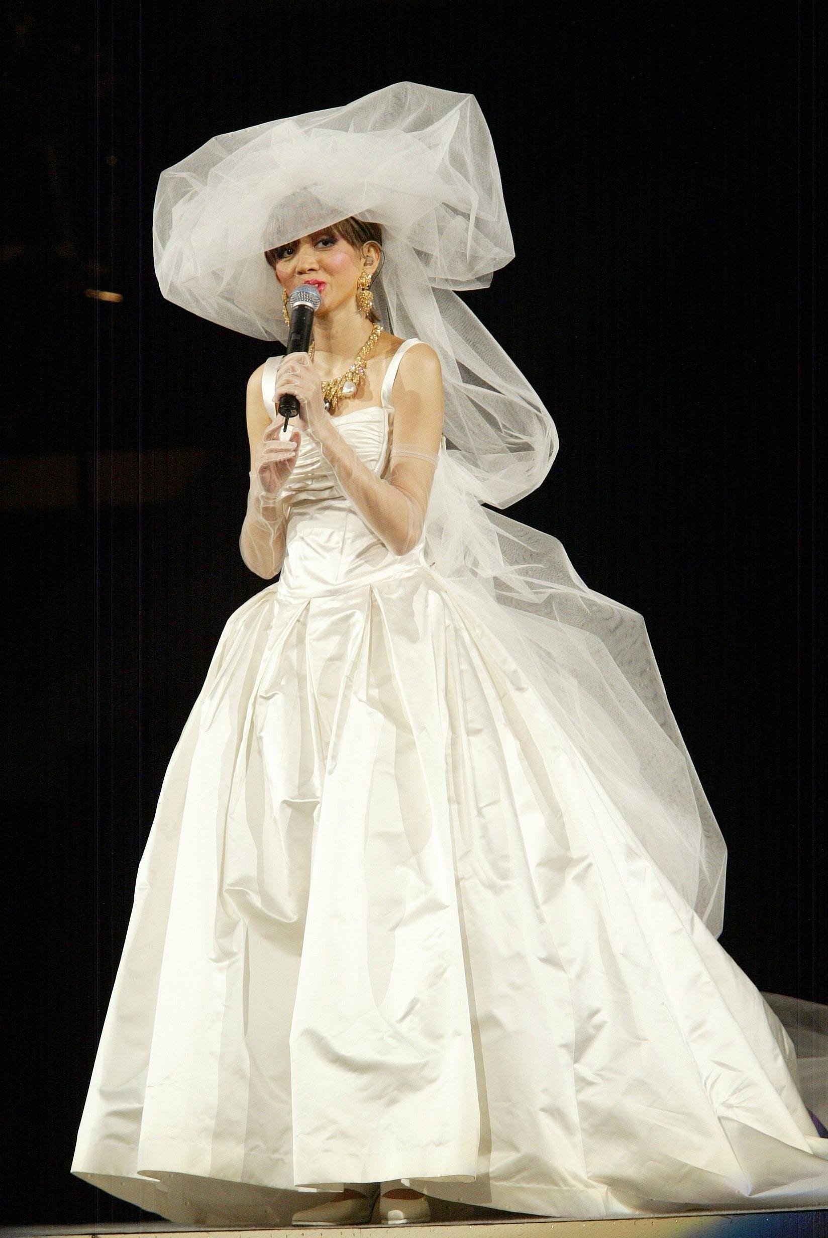 「小妖」梅豔芳造型雖百變,但她在Classic Moment演唱會的一襲婚紗造型,更觸動人心。