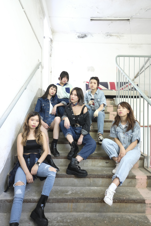(上至下左至右)低音結他手 | Amy;結他手 | Coco;鼓手 | Sophia;主音 | Alison;結他手 | Iris;鍵盤手 | Kelly。