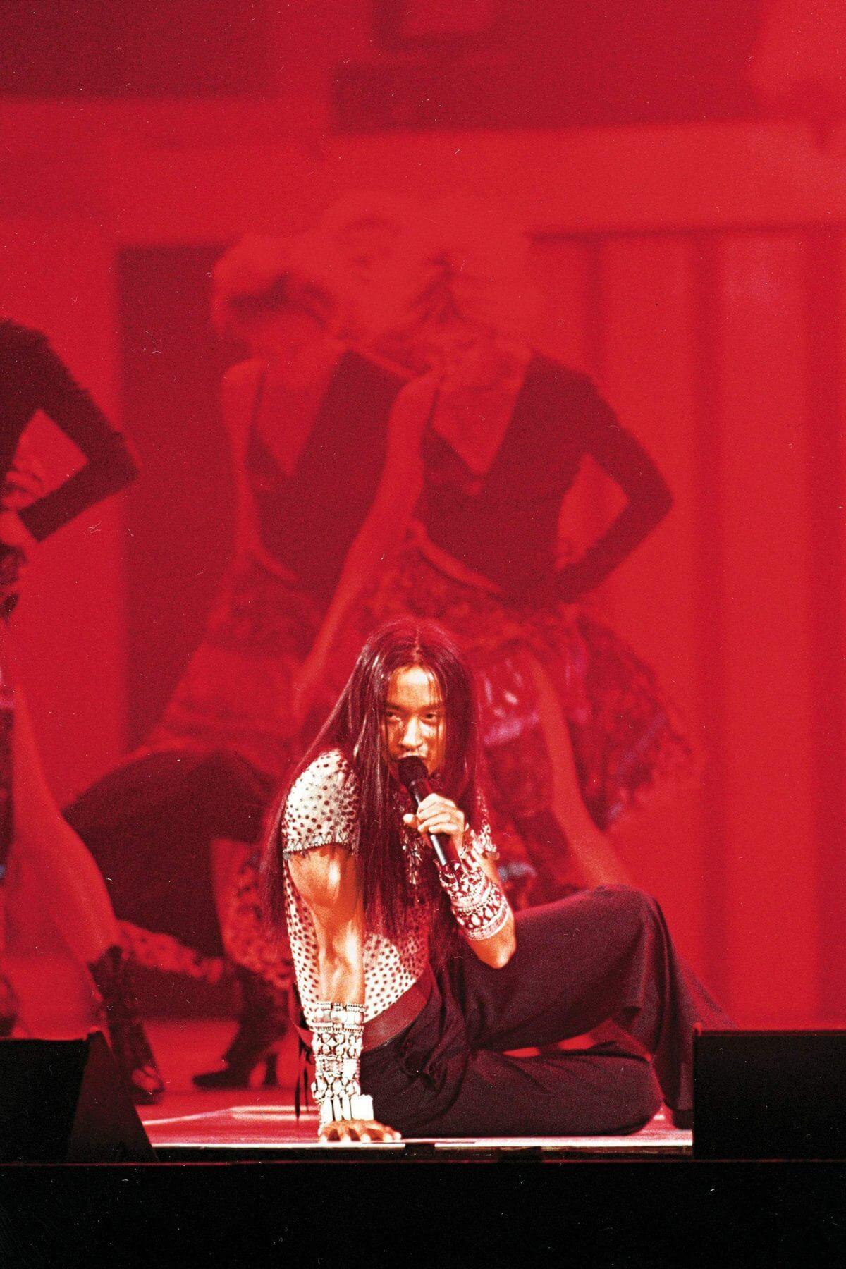 二〇〇〇年熱情演唱會,張國榮以男兒身演繹何謂「顛倒眾生」。