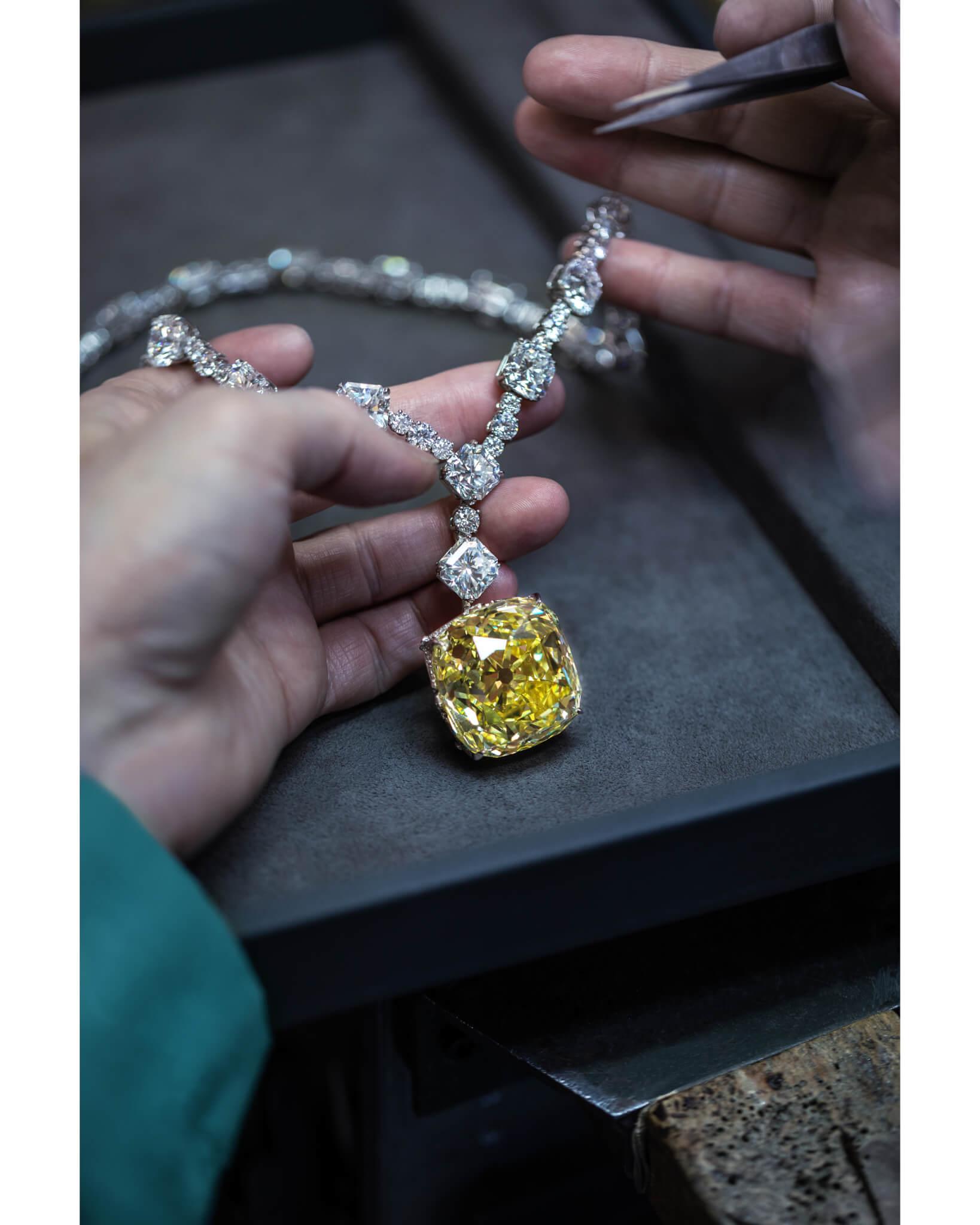 除了經典黃鑽之外,二〇一二年設計的項鏈亦鑲了近百卡的白鑽。
