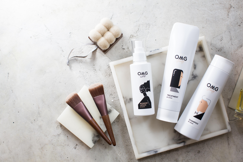 洗頭時可以塗抹專為頭皮護理而設的髮膜,然後輕輕從髮線開始沿着後頸按壓,促進頭部微循環,同時幫助頭皮吸收養份。 (左至右) OMG 多功能造型噴霧 HK$518/150ml OMG Glossy Set 修護受損頭髮 HK$810(2pcs)