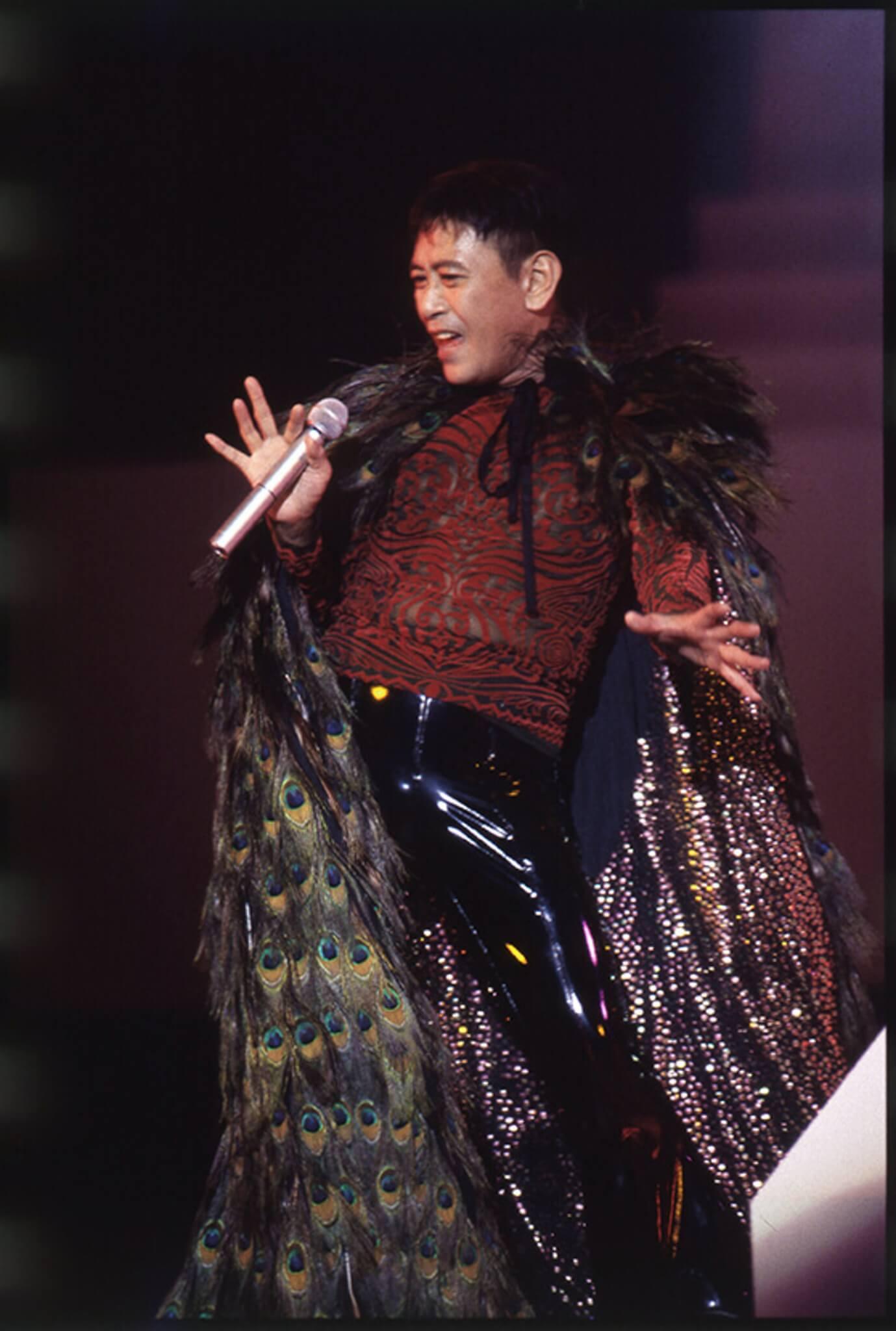 「大妖」羅文身穿一襲孔雀羽毛袍子,搔首弄姿的姿態極度前衛。