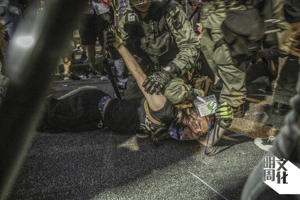 上年七月二十七日,社工劉家棟於元朗衝突出示社工證與警方溝通時被捕,並多處挫傷及頸部受傷住院。