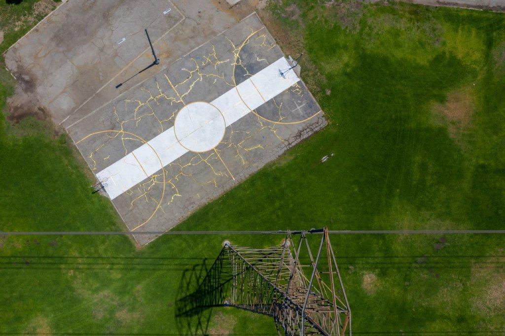 俯瞰「金繼球場」,可見金色線條不規則流動,相當惹眼。
