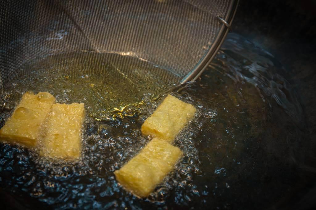 粵菜多用甜竹及鮮竹作菜,不常用到鮮腐皮。不過他卻將它風乾、疊好,然後投進猛油炸至金黃、膨脹。