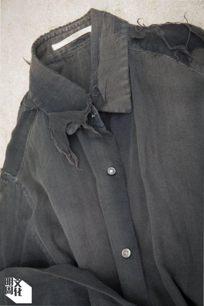 圖中「溶溶爛爛」的黑色恤衫,是馬家輝作為小說家這些年的「戰衣」,寫作穿這件,推書也穿這件。但畢竟太爛了,訪問當日他沒穿,但也沒忘記帶來。