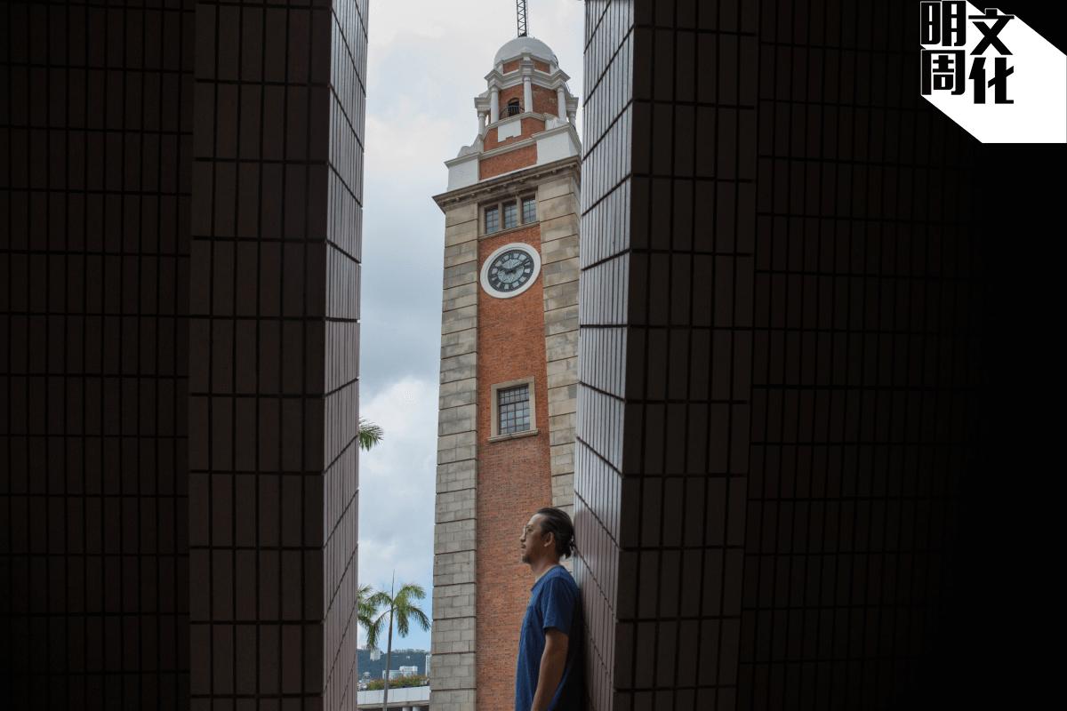 在楊學德的作品中,不時都能看見鐘樓的出現,他喜歡以此隱喻時間。
