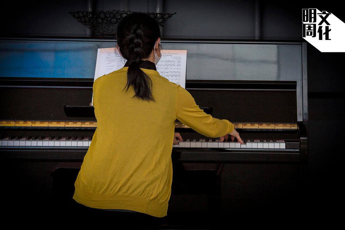 任教音樂科的梁老師