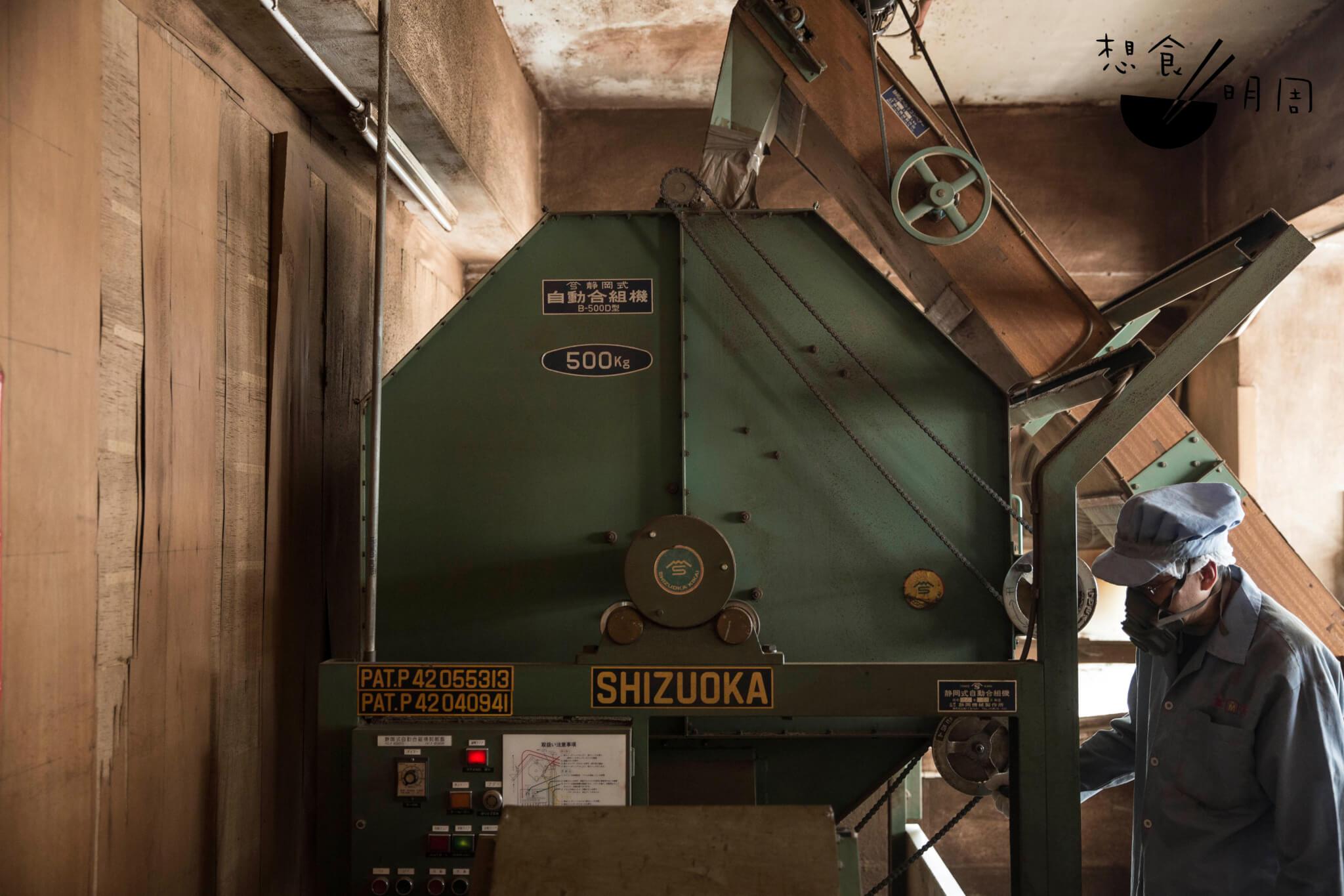 茶葉在鐵箱內順時針徐徐運轉,把幾款茶葉混為一體。