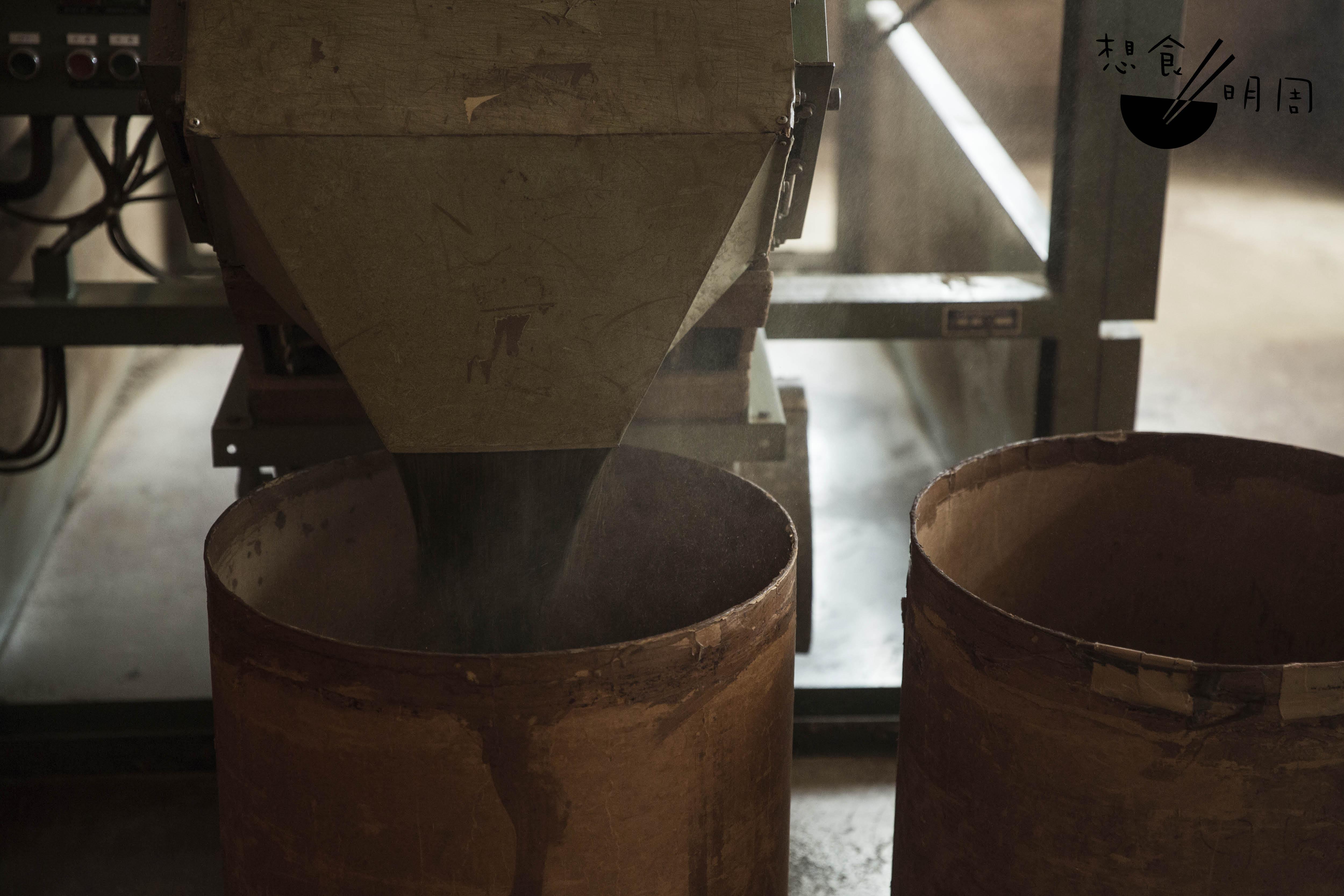緩慢轉動數小時,茶葉從撈茶機注入到大筒內,飄散出萬千茶塵及馥郁茶香。