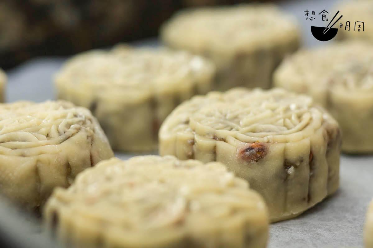 什麼是皮薄餡靚?看月餅的果仁餡都快將餅皮脹破了。