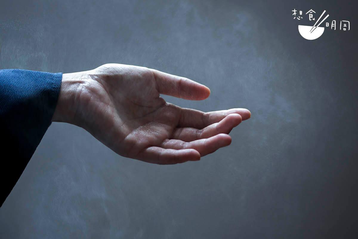 練切本身很具黏性,所以製作時職人雙手要不停補水,才能塑形。