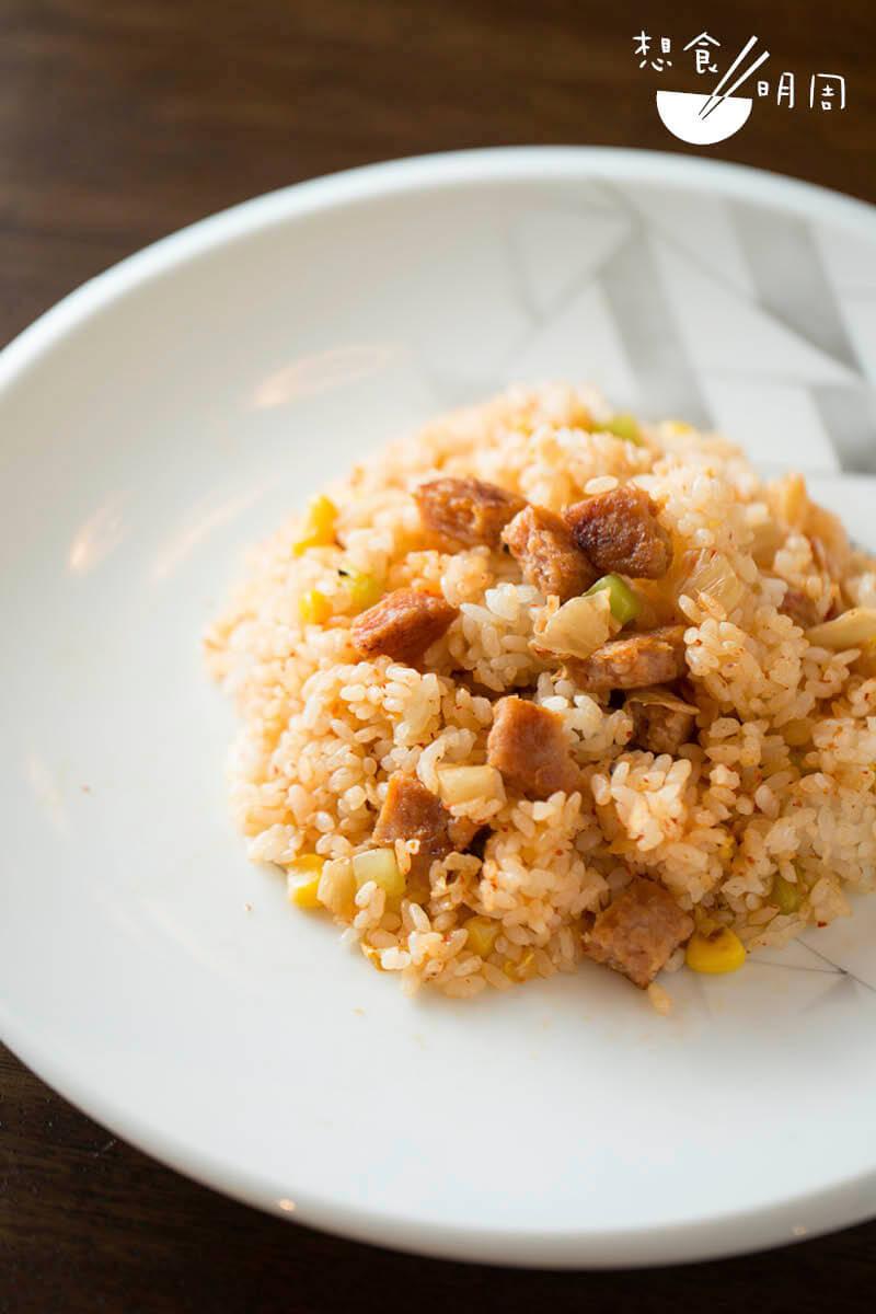 新餐肉 // 在家煮素菜,把新餐肉切粒製作成 新餐肉泡菜炒飯,滿載韓式滋味。 下次不如試用新餐肉煮部隊鍋吧!($48/6塊,Green Common)