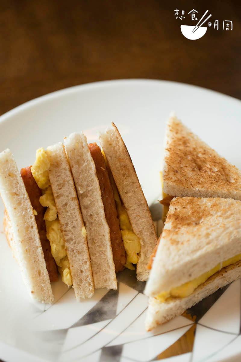 新餐肉炒蛋治 // 餐蛋治是香港人的comfort food之一。換上新餐肉之後,味道及賣相竟與傳 統相近,為茹素者帶來多一款親切小食。($49,Green Common)