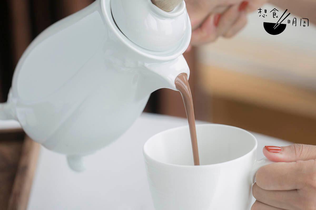 在吃的方面,張愛玲並沒有沉緬在老上海,而是大膽好奇的探索各國飲食,進而顯露新穎的飲食 觀與世界觀。「在咖啡館裡,每人一塊奶油蛋糕,另外要一份奶油;一杯熱巧克力加奶油,另外要一份奶油。雖然是各自出錢,仍舊非常熱心地互 相勸誘。」張的中晚年,曾旅居紐約、三藩市和洛杉機,因而對美式熱朱古力有點小感受。