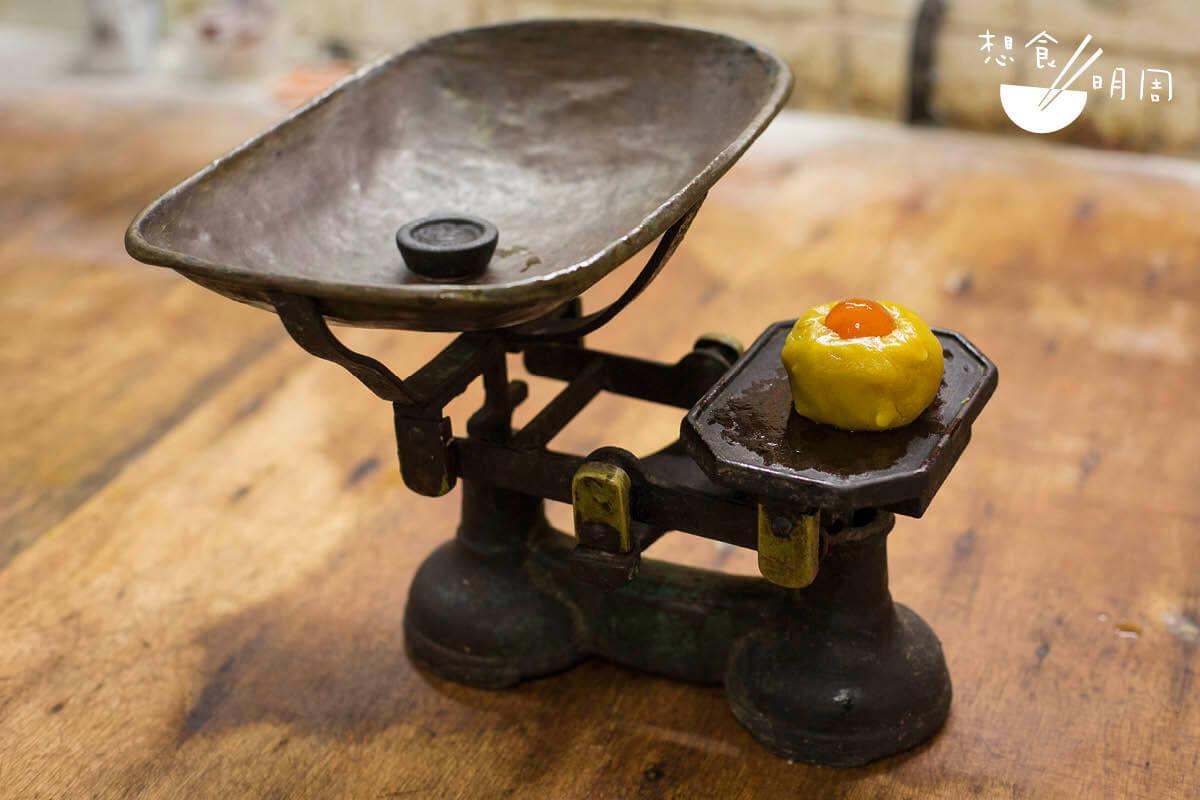 老餅店每一件器物都是古董,像這個天平秤便是余氏父代留下來的器物,兄弟沿用至今。