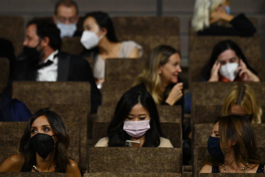 觀眾放映時要戴口罩,用磋手液消毒,觀眾之間相隔一個座位等。如同香港。