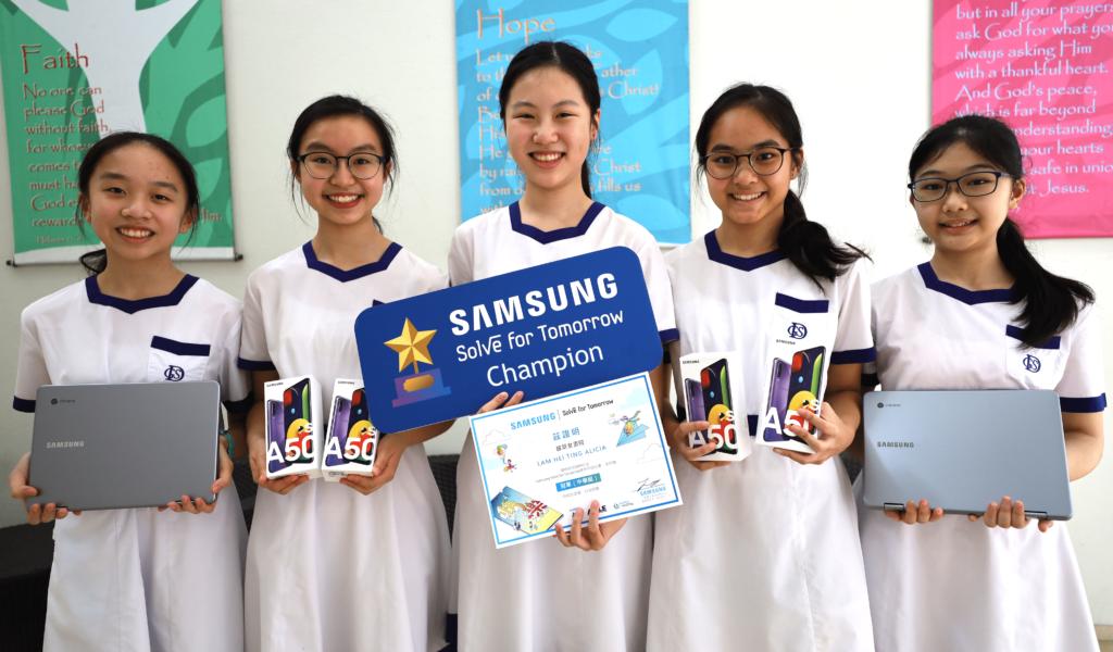 中學組由拔萃女書院學生(左起:李晞桐、林希婷、馮思晴、林欣彤、朱悠日)奪冠,參賽者設計出「AiAo」應用程式,希望協助同學了解自身情緒狀況的同時,為他們舒解壓力。