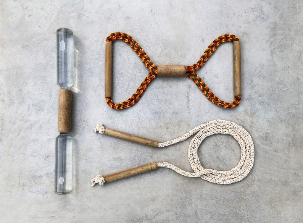Frédéric Gooris 和Paulina Chu的SWEAT運動組件由竹,加上水樽和橡筋兩種日用品製成,繩子由他們一家人編成。