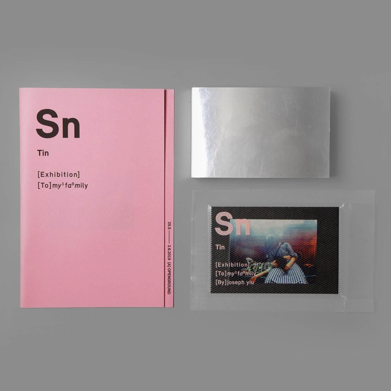 Joseph早前為了在openground的個展所設計的小書,源於他有感自己跟孩子的距離感,似中間隔了一道牆。他把家人的照片,以及自己寫的歌詞放在書中,書名Sn是錫的化學代號,也代表他跟老婆的錫婚紀念。