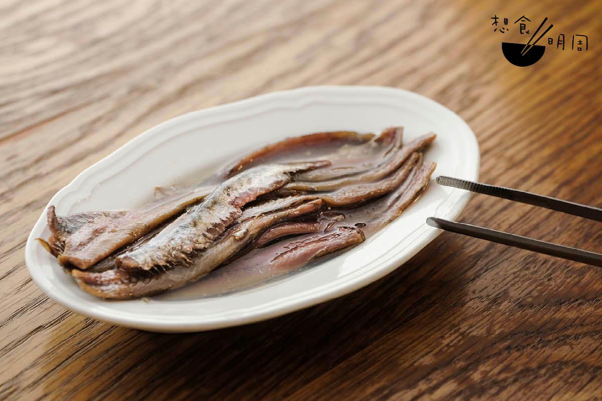由捕獲、去頭去腸、鹽醃等,每個處理過程必須爭分奪秒的,這才能保存鯷魚的鮮美。
