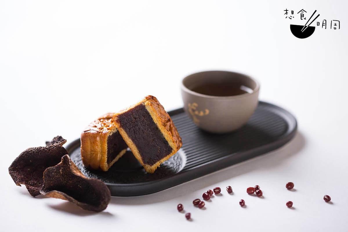迷你余仁生陳皮豆沙月//奇華在2014年時將經典中式糖水陳皮紅豆沙「月餅化」,並選用陳放五至七年的新會二紅皮,吃來香氣悠遠,推出後迴響一直不錯。($248/盒)