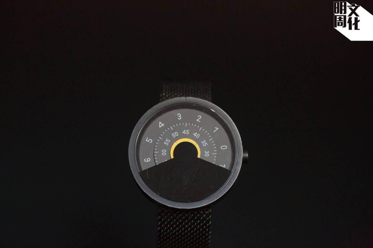 Anicorn的第一隻手錶,錶面有一半位置被黑色遮蓋,又以分別刻上時和分的轉盤代替指針轉動,以嶄新方式呈現時間。