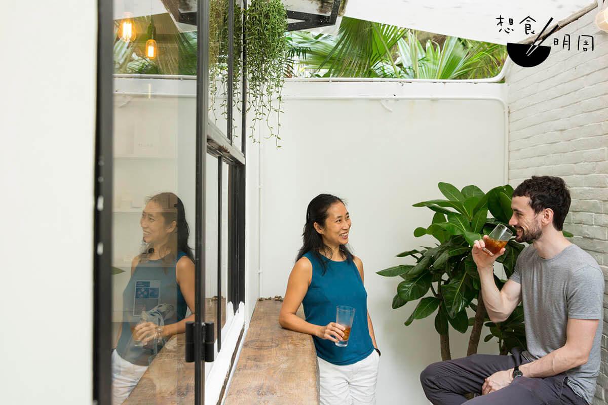 首間CBD概念咖啡店Found的Brenda(左)及Fiachra(右)期望能將CBD的好處推廣給更多本地各年齡層的人。