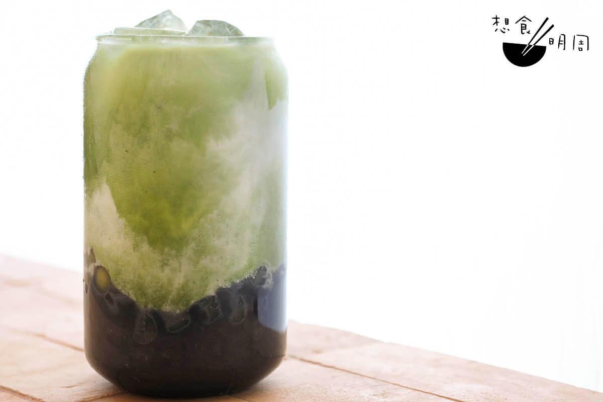 True East黑芝麻抹茶//用來相當東方,以黑芝麻糊、抹茶粉,以及自製杏仁奶及辣木珍珠調成,有烏髮功效。(小:$43、大:$48)