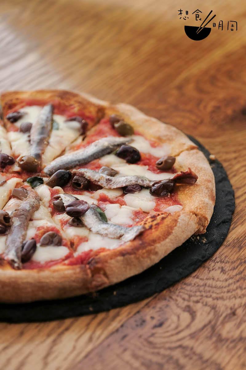 Mediterranea薄餅//直徑十吋的薄餅底經三十六小時發酵製成,配自製番茄醬、水牛芝士、黑橄欖、新鮮羅勒及原條鯷魚,簡單而鮮美。($190)