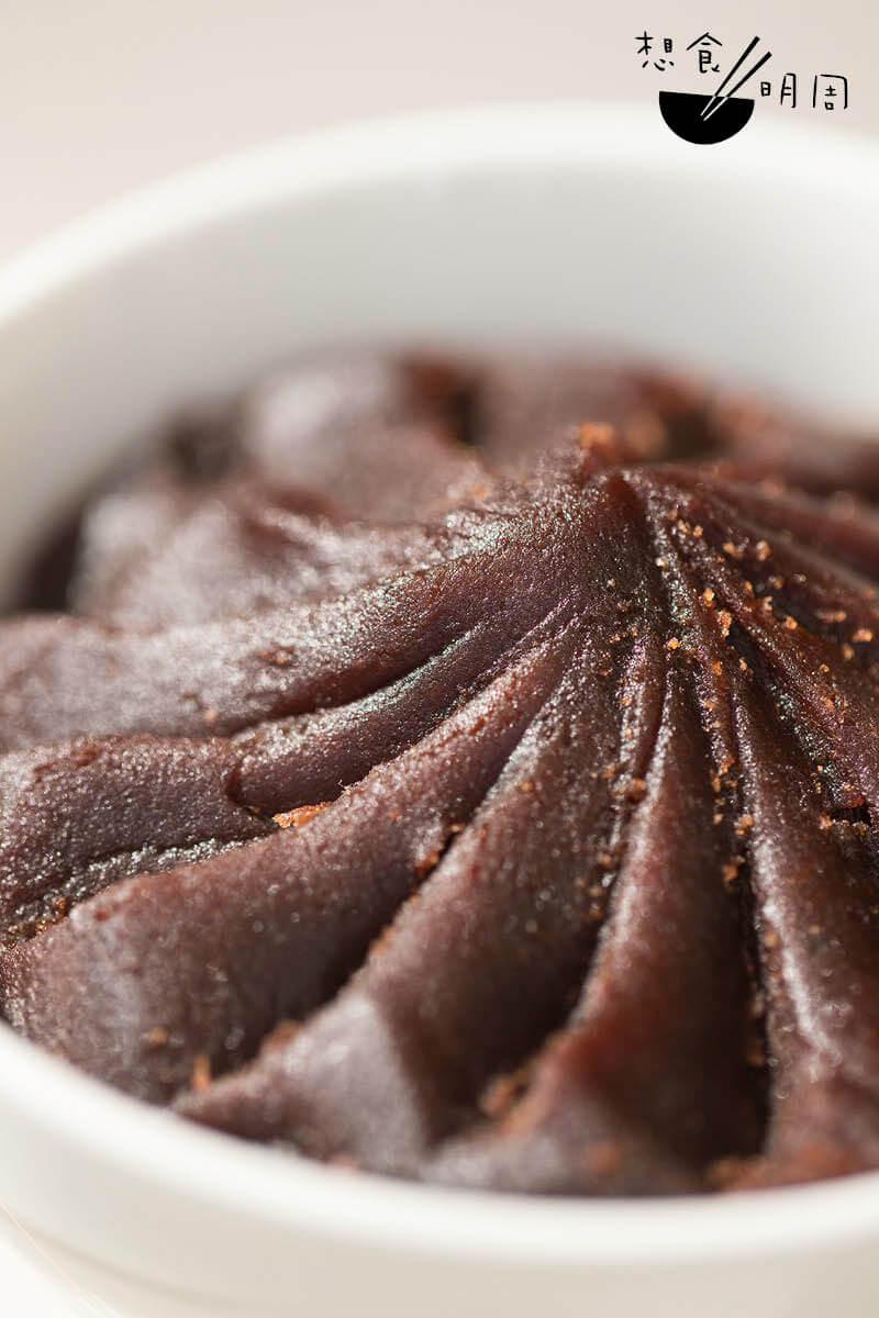 陳皮豆沙放在銅鑊,用明火炒製,散發陣陣細膩的甘香。