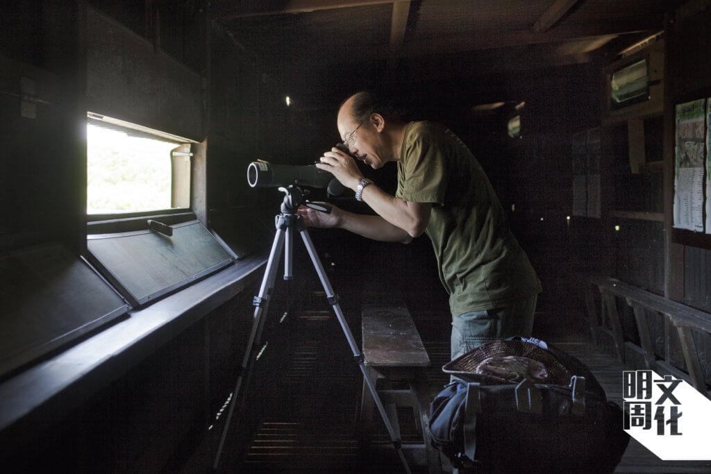 觀鳥屋內,Austin架起單筒望遠鏡,觀察候鳥的動態。