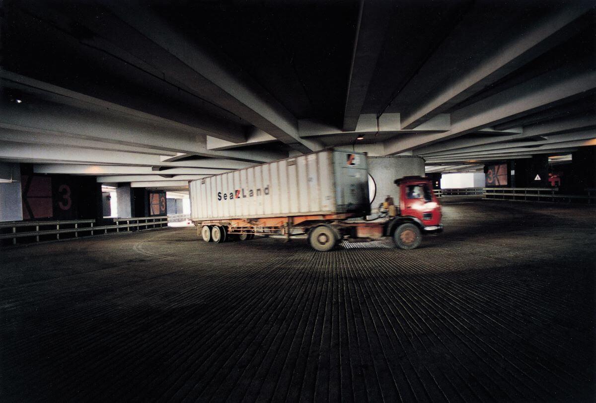 三線行車的寬闊坡道,令到重型貨櫃車可以流暢地 行走。(圖片由劉榮廣伍振民建築師事務所提供)