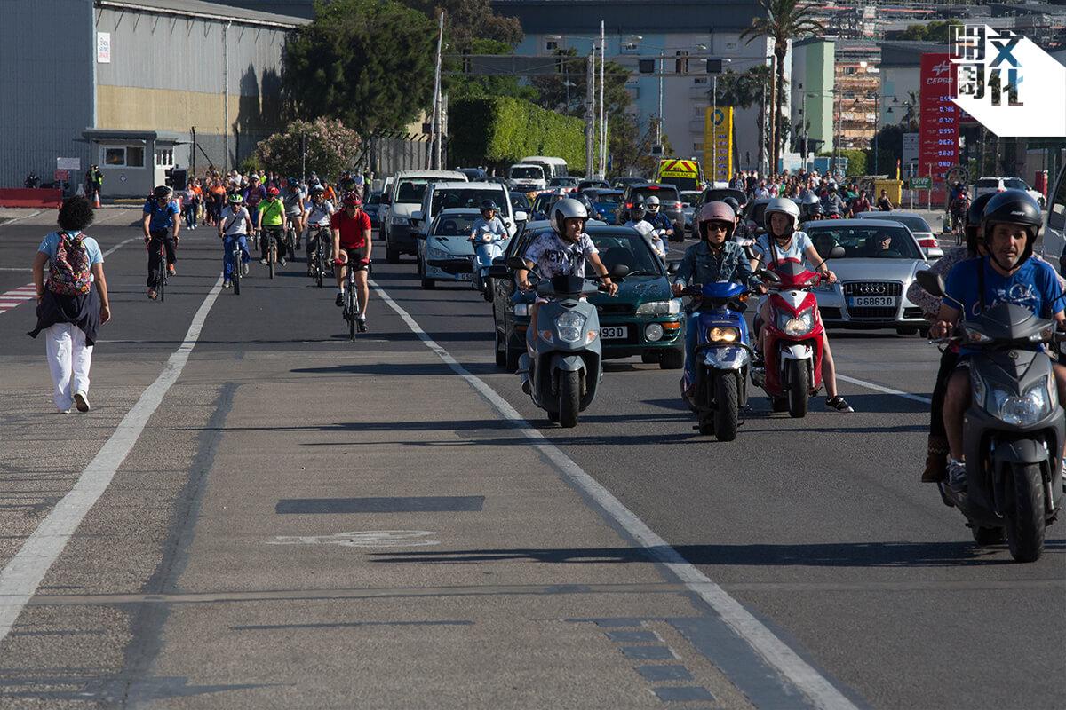 照片攝於直布羅陀的邊境,這是最理想的道路安排:一條單車徑、一條行人路、一條行車線。