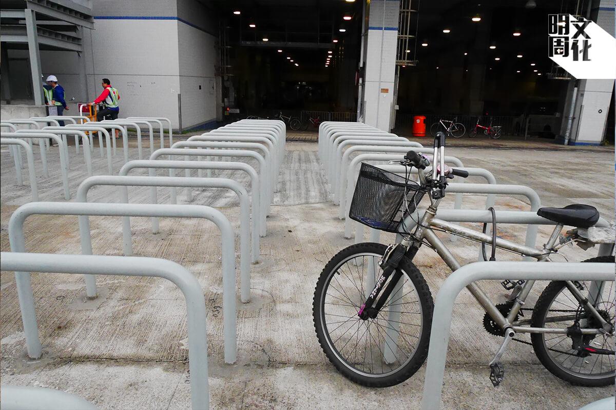 在大圍巴士總站外,就有一排排空着的單車泊位,另一個政府政策為做而做的例證。