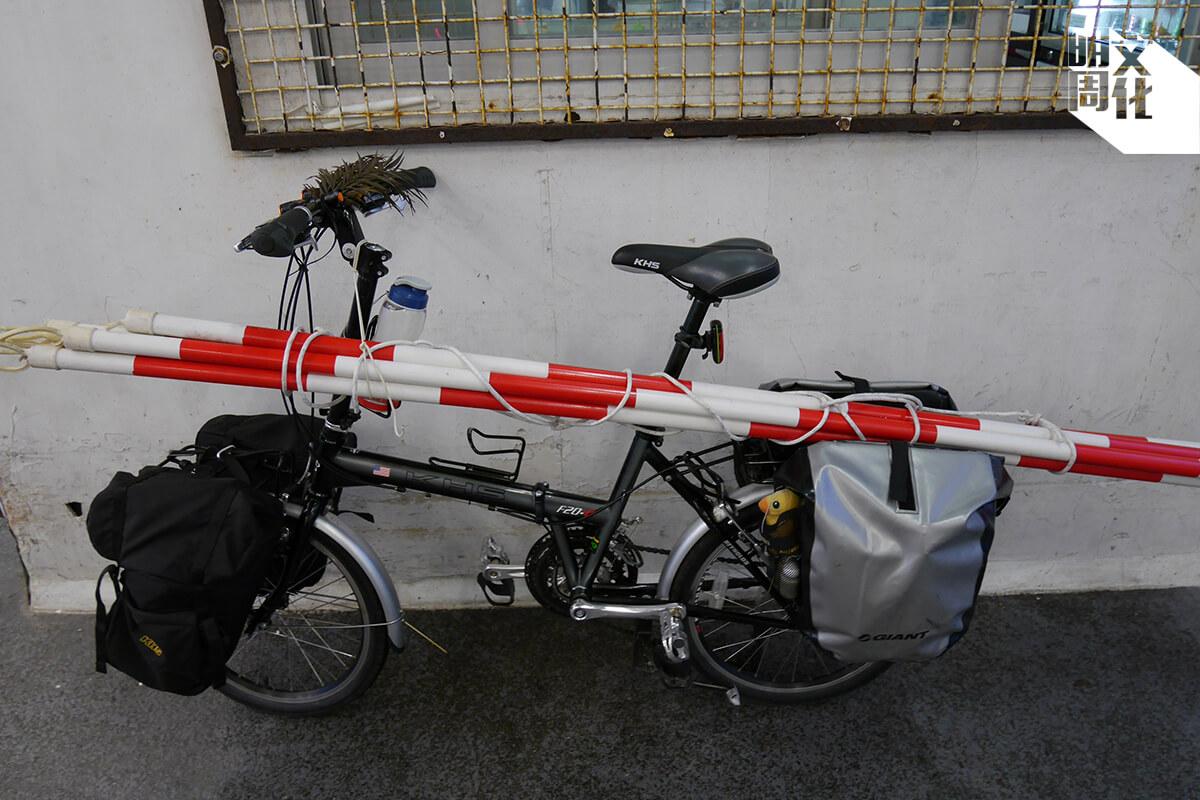 Uncle Moon 的戰駒,車尾兩個百寶袋不但裝滿工具,還有反光的安全功能。每次出車他都會預備足夠的維修工具,以便壞車時可隨時修理。