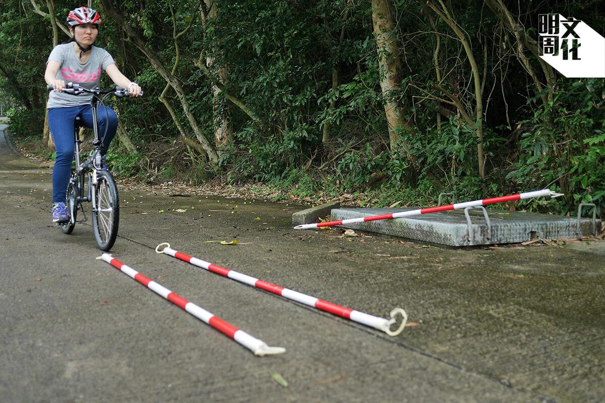 練好行車直線是踩出馬路的重要技巧,在狹窄路邊行駛時非常有用。