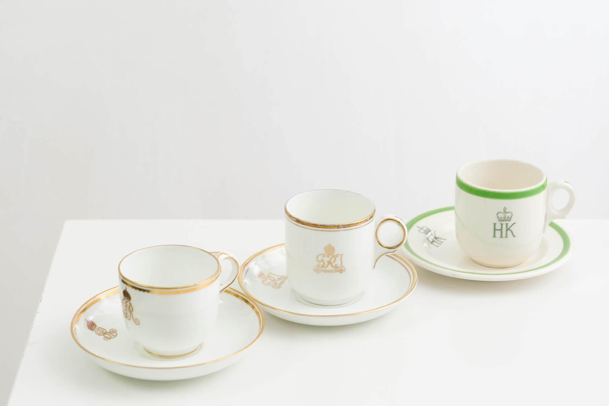(中)總督 // GRI的徽號及Government House的字樣,代表瓷杯為英皇佐治五世至六世的總督府器具。 皇室 // 英皇喬治五世的產物(GR V)。曾出現在皇家遊艇上,是皇室招待客人時使用的杯具。徽號中暗藏凸點設計,杯耳附有細緻精巧的凹凸雕飾,細膩程度更勝總督府之器具,透視出高貴身份與權杖。