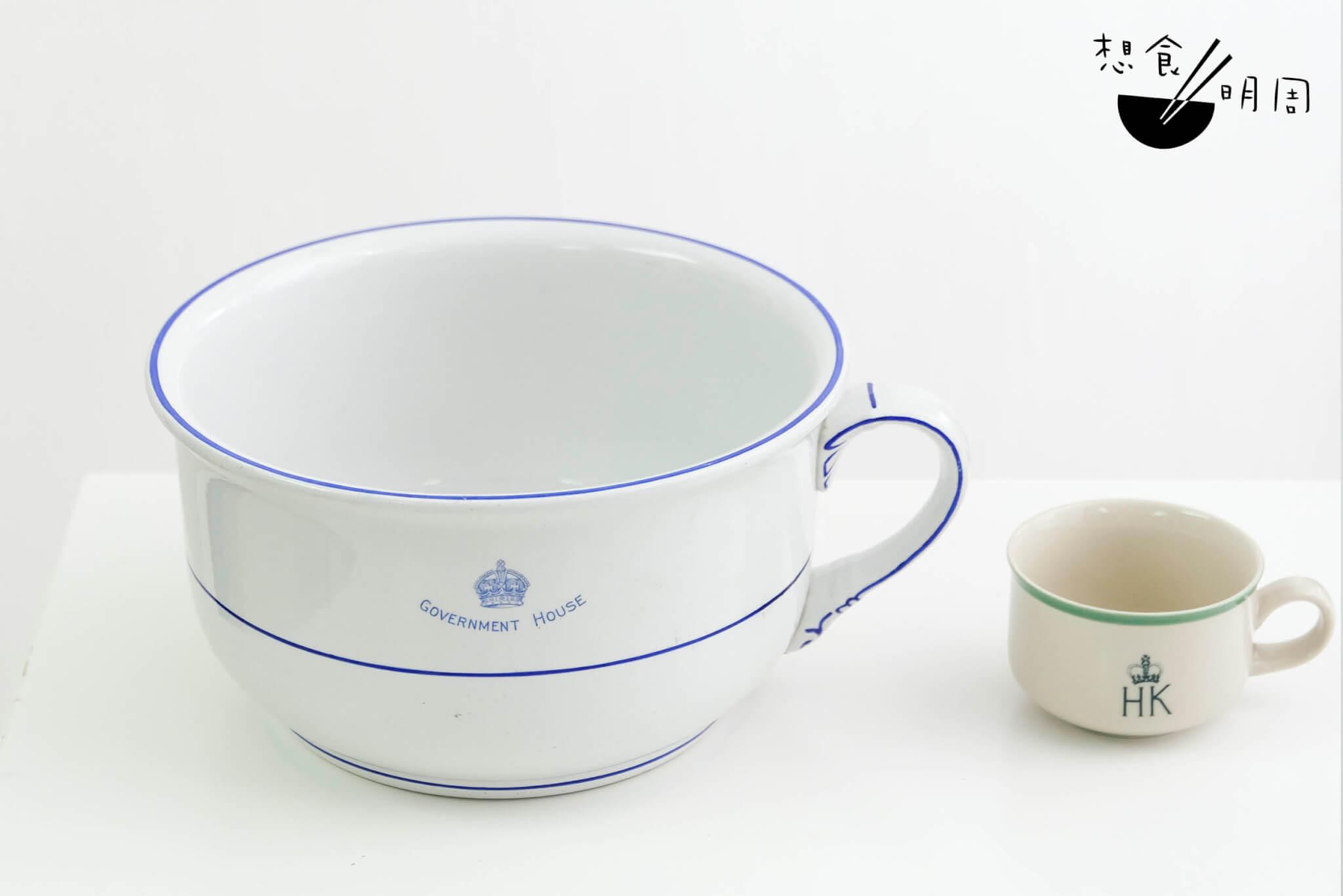 意外趣聞 // 右邊是正常的茶啡杯,左邊這看似加大版「杯具」,據說是予僕人使用的尿盅,令人驚奇。
