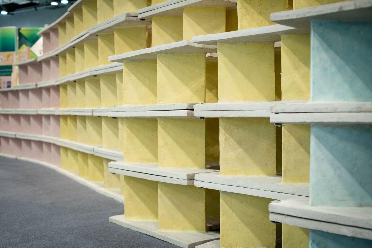 二人研發的紙磚可用作展覽的隔板和家具(圖片由One Bite Design提供)