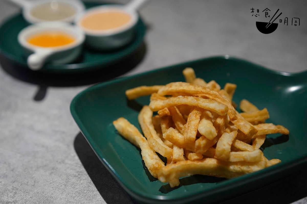 炸魚無薯條 // 實際上是無薯的魚條,炸起後外脆內彈牙。配自家調製的醬料,松露醬、蟹皇醬或雙子醬三選一。($28)