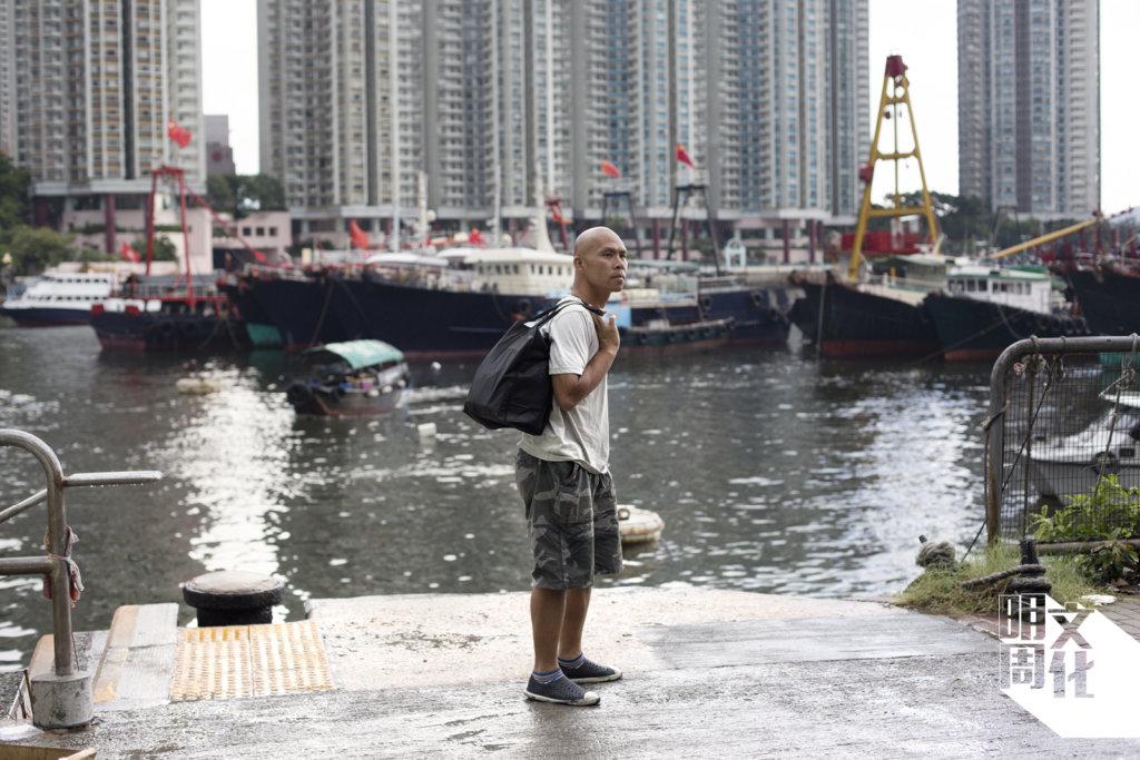 猩猩在碼頭等候船隻來接載他去開工