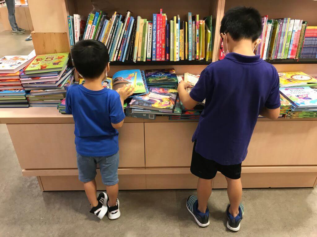 抗疫期間,全職媽媽可以在平日「人流較少時」帶小朋友外出一下,到書店打打書釘。