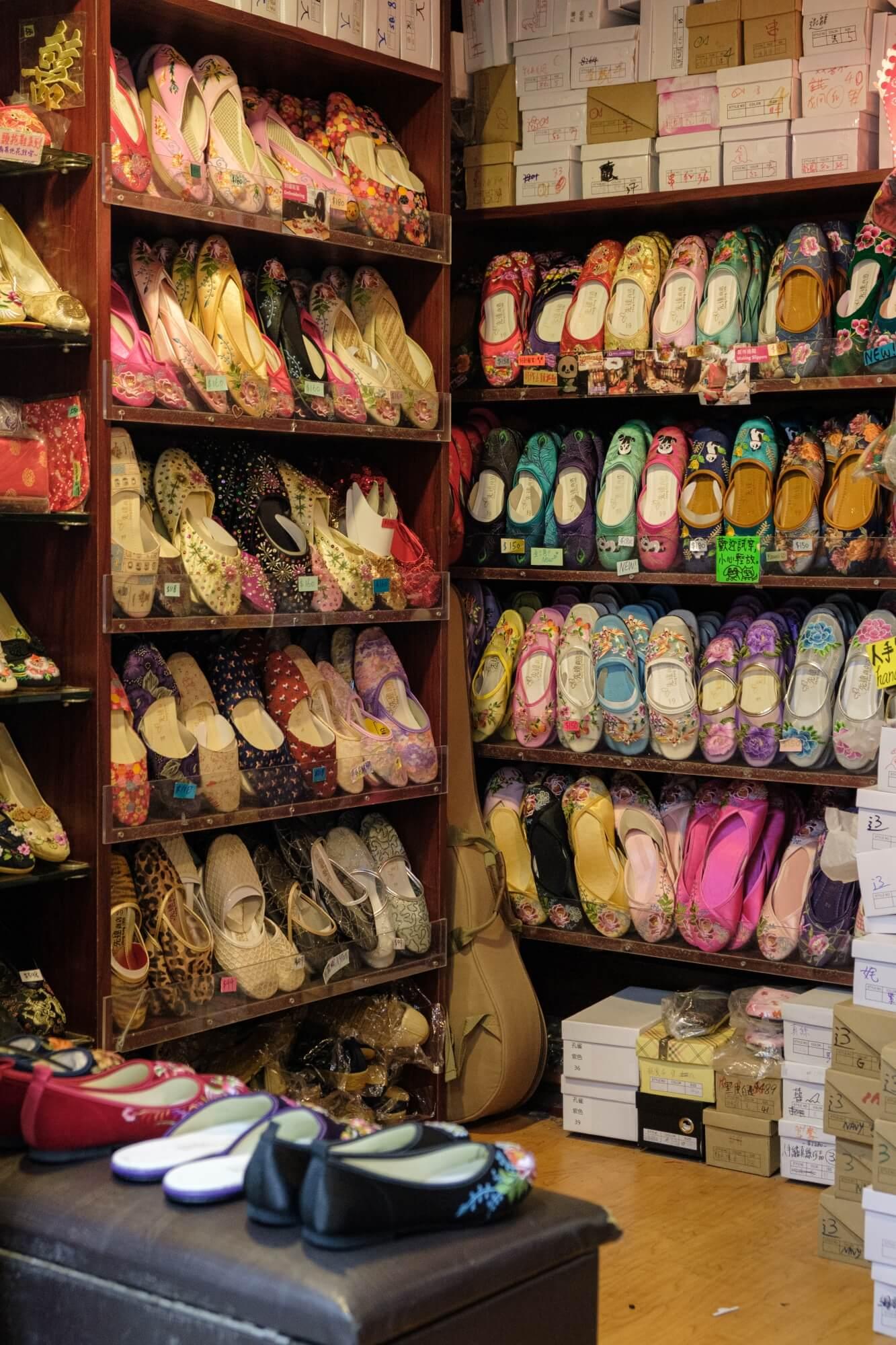先達商店內的繡花鞋林林總總,從傳統刺繡到嶄新花式一應俱全。若張愛玲在二〇二〇年,未知她會選擇哪個?
