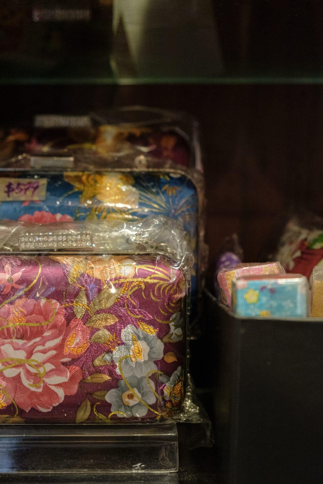 除了繡花鞋,Miru同樣製作刺繡配飾和手袋。