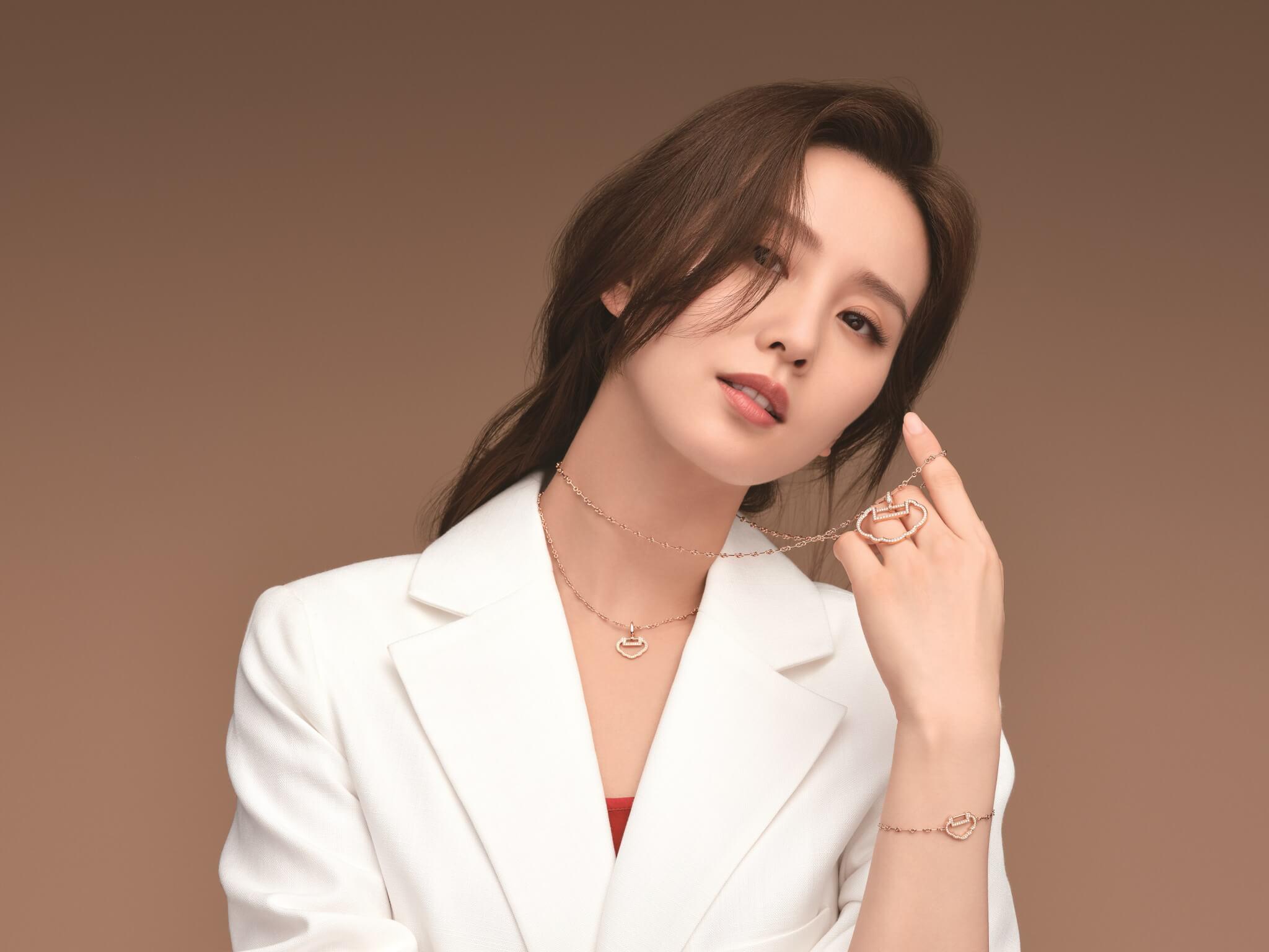 品牌代言人劉詩詩佩戴着全新的Yu Yi系列