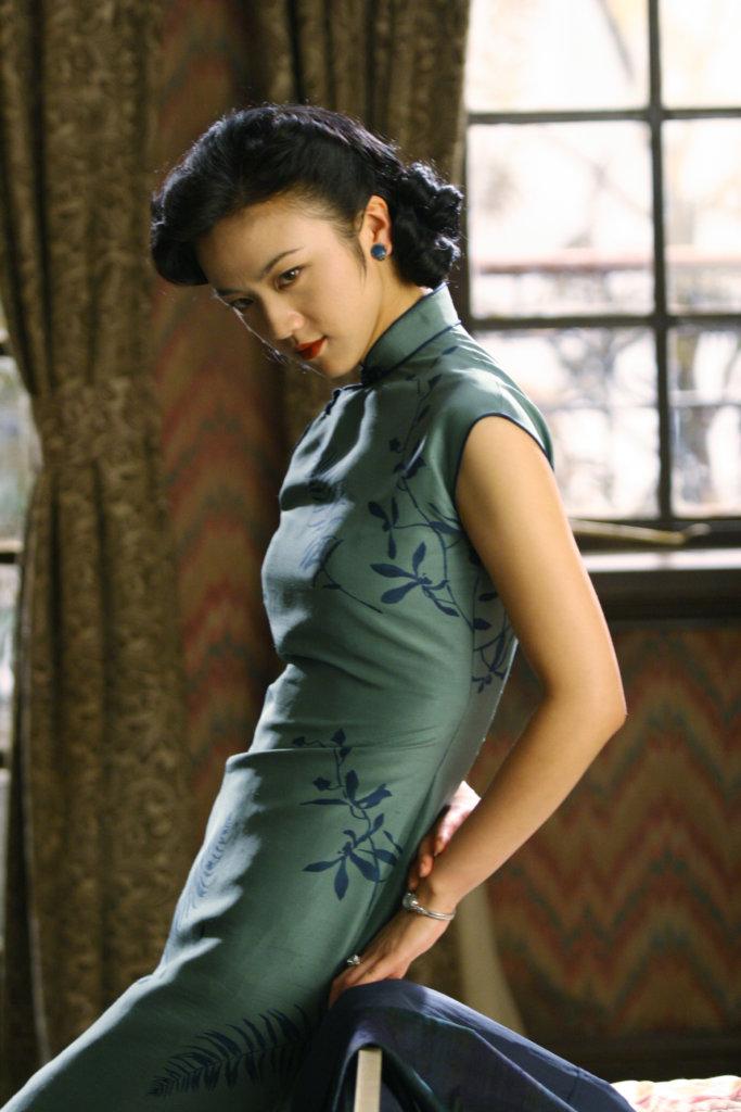 在現影《色戒》開頭,女主角王佳芝正是穿著旗袍打麻將。